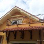 długa balustrada dużego balkonu