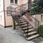 balustrada wysokich schodów