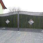brama z metalu z drewnianymi deskami