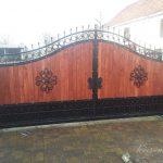 brama z drewnianym obiciem