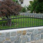 ogrodzenie na ładnym murku z kamieni