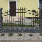 ogrodzenie ze słupkami z cegieł